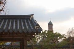 Edificios y árboles coreanos tradicionales con una iglesia christan católica en una imagen fotografía de archivo