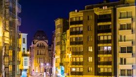Edificios y apartamentos de la ciudad encendidos por la noche, arquitectura de Blankenberge, Bélgica fotografía de archivo