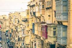 Edificios y balcones típicos en el La La Valeta en Malta Fotos de archivo