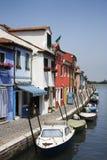 Edificios y barcos en el canal en Venecia Foto de archivo libre de regalías