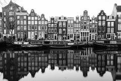 Edificios y barcos a lo largo de los canales de Amsterdam en blanco y negro Imágenes de archivo libres de regalías