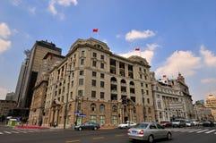 Edificios y calle de la Federación de Shangai bajo el cielo Foto de archivo libre de regalías