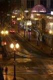 Edificios y calles modernos festivos en la noche Imagen de archivo libre de regalías