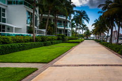 Edificios y calzada modernos en la playa del sur, Miami, la Florida Foto de archivo