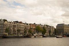 Edificios y canal en la ciudad de Amsterdam imagen de archivo libre de regalías