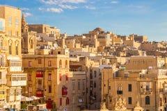 Edificios y casas antiguos de La Valeta con el cielo azul - Malta Foto de archivo libre de regalías