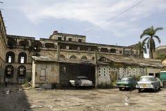 Edificios y coches gastados Fotos de archivo libres de regalías