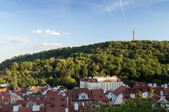 Edificios y colina viejos de Petrin en Praga Foto de archivo libre de regalías