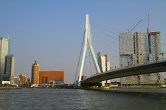 Edificios y Erasmus Bridge - Rotterdam - Países Bajos Imagenes de archivo
