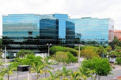 Edificios y estacionamiento al lado de la estación de tren Fotografía de archivo libre de regalías