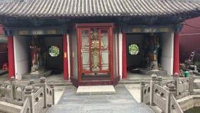 Edificios y estatuas chinos del templo almacen de metraje de vídeo