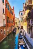 Edificios y góndolas pintorescos en Venecia, Italia imágenes de archivo libres de regalías