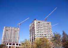 Edificios y levantamiento grúa Foto de archivo