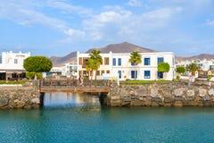 Edificios y pasarela canarios en el puerto de Rubicon Foto de archivo