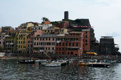 Edificios y pequeño puerto en la ciudad de Vernazza Imágenes de archivo libres de regalías