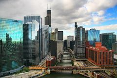 Edificios y río de Chicago Imagen de archivo libre de regalías