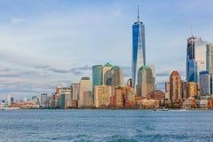 Edificios y rascacielos de Manhattan céntrica sobre el agua, en New York City, los E.E.U.U. imágenes de archivo libres de regalías