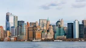 Edificios y rascacielos de Manhattan céntrica sobre el agua, en New York City, los E.E.U.U. imagen de archivo libre de regalías