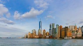Edificios y rascacielos de Manhattan céntrica sobre el agua, en New York City, los E.E.U.U. foto de archivo