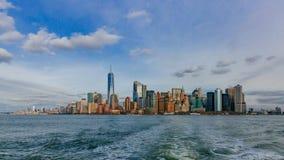 Edificios y rascacielos de Manhattan céntrica sobre el agua, en New York City, los E.E.U.U. fotografía de archivo