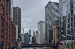 Edificios y rascacielos sobre el río Chicago, en Chicago céntrica, los E.E.U.U. imagen de archivo libre de regalías