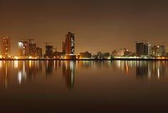 Edificios y reflexión de Juffair en el agua Foto de archivo