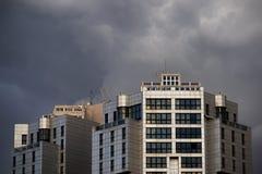 Edificios y tormenta modernos Imagen de archivo libre de regalías