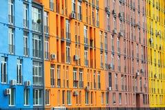 Edificios y ventanas coloridos Imagen de archivo libre de regalías