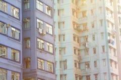 Edilizia popolare imballata di Hong Kong con la luce solare Immagine Stock