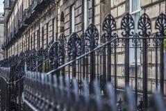 Edimbourg, Ecosse, le BRITANNIQUE - vieilles maisons et barrières photo stock