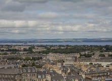 Edimbourg, Ecosse - une vue de colline de Calton - bâtiments, ciel et la mer photographie stock libre de droits