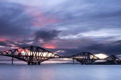 Edimbourg en avant jettent un pont sur le coucher du soleil Photos stock