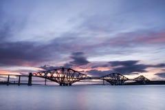 Edimbourg en avant jettent un pont sur le coucher du soleil Images libres de droits