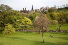 """EDIMBURGO, †de SCOTLAND""""6 de mayo de 2016: Colores de la primavera de príncipes Street Gardens con montaje nave en el fondo Imagenes de archivo"""