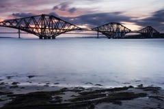 Edimburgo adiante constrói uma ponte sobre o por do sol Foto de Stock
