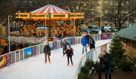 """EDIMBURGO, ESCÓCIA, †BRITÂNICO """"8 de dezembro de 2014 - pessoa que aprecia a patinagem durante o mercado do Natal de Edimburgo Fotos de Stock"""