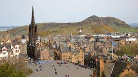 EDIMBURGO, ESCÓCIA - 6 DE MAIO DE 2016: Vista geral de Edimburgo do castelo de Edimburgo com ` s Seat do parque e do Arthur de Ho Foto de Stock Royalty Free