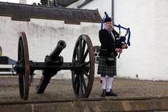 EDIMBURGO, ESCÓCIA, tocador de gaita de foles escocês não identificado Imagem de Stock