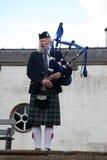 EDIMBURGO, ESCÓCIA, tocador de gaita de foles escocês não identificado Fotos de Stock Royalty Free