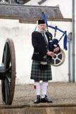 EDIMBURGO, ESCÓCIA, tocador de gaita de foles escocês não identificado Fotografia de Stock