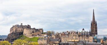 Edimburgo incluyendo el paisaje urbano del castillo con los cielos dramáticos Imagen de archivo
