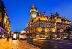 Edimburgo, Scozia, alla notte con le tracce leggere di traffico della via Fotografia Stock