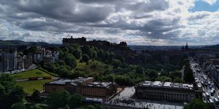 Edimburgo uma cidade vibrante e Edimburgo fortificam, castelo de reis escoceses, símbolo de Escócia fotos de stock royalty free
