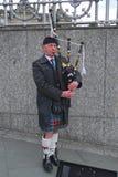 吹风笛者edinburg苏格兰公主街道 免版税库存照片