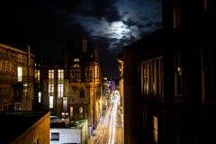 Edinburg Förenade kungariket - 12/04/2017: En nattsikt av ljus tr royaltyfri bild