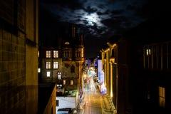 Edinburg Förenade kungariket - 12/04/2017: En nattsikt av ljus tr royaltyfri fotografi