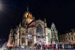 Edinburg Förenade kungariket - 12/04/2017: St Giles på natten med royaltyfri fotografi