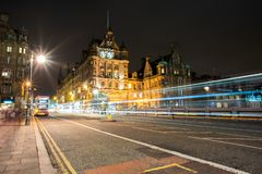 Edinburg Nightscape med trafik arkivbild