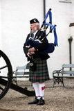 EDINBURG SKOTTLAND, oidentifierad skotsk säckpipeblåsare Royaltyfri Foto
