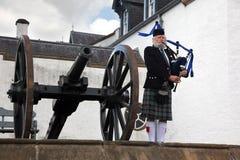 EDINBURG SKOTTLAND, oidentifierad skotsk säckpipeblåsare Arkivfoto